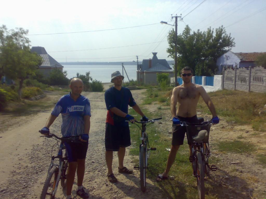 Три богатыря: Сюрприз Никитич, Упс Попович и Глаз Муромец на верных конях